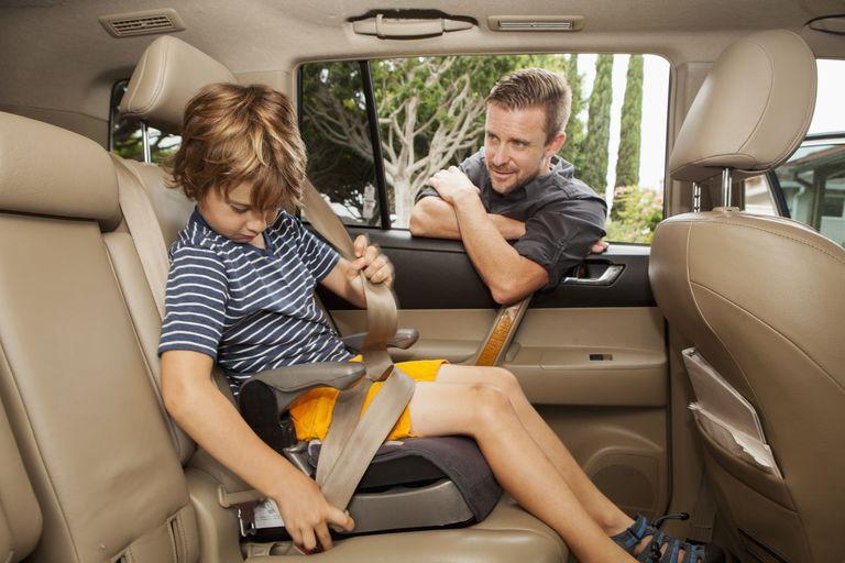 Niño y padre en carro